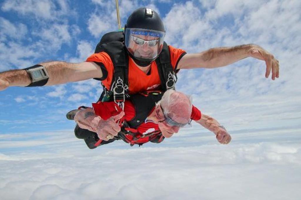 Une femme fête ses 94 ans en sautant en parachute (Pennsylvanie)