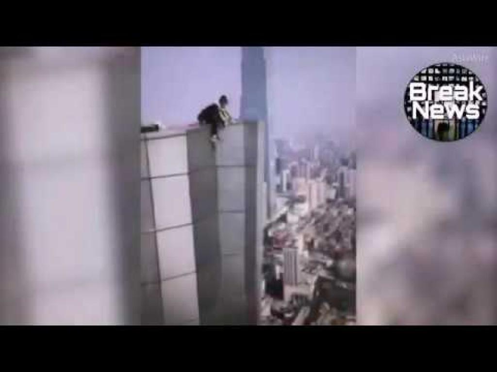 Vidéo Wu Yongning se tue en tombant d'un immeuble de 62 étages.