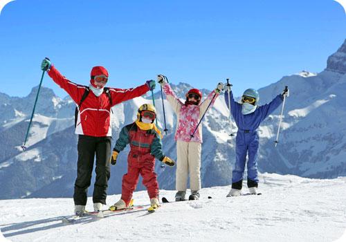 famille en vacances au ski