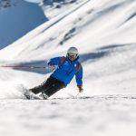 homme qui fait du ski de descente